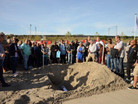 Toekomstige bewoners begraven tijdcapsule in Almere