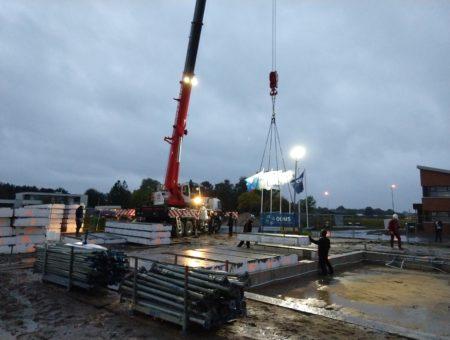 Wethouder legt vloerplaat in nieuwbouwplan Reigersborg Noord fase 3h in Hoogkarspel