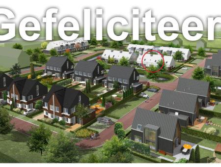 Wethouder feliciteert eerste kopers plan Het Nieuwe Glas in Tuitjenhorn