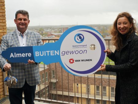 ZeemanVastgoed ontvangt anderhalve meter sleutel van BUITENgewoon Almere